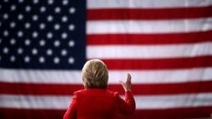 المرشحة عن الحزب الديمقراطي ووزيرة الخارجية الامريكية السابقة هيلاري كلينتون تتحدث في جامعة ايوا، 30 يناير 2016 (Justin Sullivan/Getty Images/AFP)