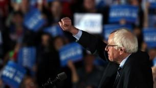 السيناتور الديمقراطي بيرني ساندرز يعلن عن فوزة على هيلاري كلينتون في الانتخابات التمهيدية في نيوهامشير في 9 فبراير 2016 (Spencer Platt/Getty Images/AFP)