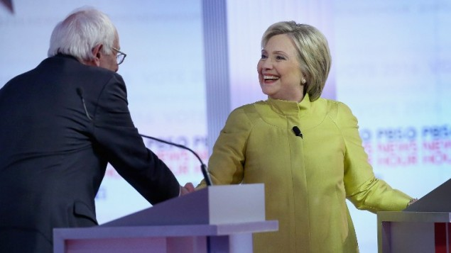 المرشحان الديمقراطيان للرئاسة السناتور بيرني ساندرز (من اليسار) وهيلاري كلينتون يشاركان في مناظرة المرشحين الديمقراطيين على شبكة PBS في جامعة ويسكونسين-ميلووكي في 11 فبراير، 2016 في ميلووكي بولاية ويسكوسين. (Win McNamee/Getty Images/AFP)