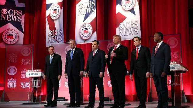 """مرشحو الرئاسة الجمهوريون (من اليسار إلى اليمين) حاكم ولاية أوهايو جون كيزيك وجيب بوش والسناتور تيد كروز (جمهوري-تكساس) ودونالد ترامب والسناتور ماركو روبيو (جمهوري-فلوريدا) وبن كارسون يقفون على المنصة خلال المناظرة بين مرشحي الحزب الجمهوري على شبكة  """"CBS News"""" في 13 فبراير، 2016 في قاعة """"Peace Center"""" في غرينفيل بولاية كارولينا الجنوبية . ( Spencer Platt/Getty Images/AFP)"""