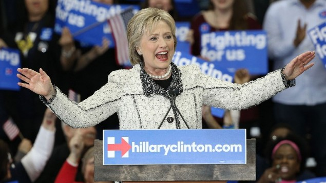 هيلاري كلينتون تحتفل مع داعميها بفوزها في التصويت في كارولاينا الجنوبية، 27 فبراير 2016 (Win McNamee/Getty Images/AFP)