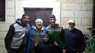 من اليسار إلى اليمين: زياد سباتين ولوني باسكين ومحمد سباتين وفيل ساوندرز في صورة إلتُقطت في ليلة إطلاق سراح محمد بعد قضائه عقوبة 3 أشهر في السجن الإسرائيلي. (Courtesy/Ziad Sabateen)