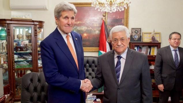 وزير الخارجية الامريكي جون كيري يصافح رئيس السلطة الفلسطينية محمود عباس في العاصمة الاردنية عمان، 21 فبراير 2016 (US State Department)