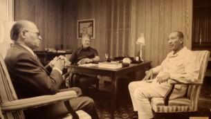 رئيس الوزراء مناحيم بيغين، من اليسار، مع الرئيس الأمريكي جيمي كارتر، في الوسط، والرئيس المصري أنور السادات في كامب ديفيد في سبتمبر، 1978. (photo credit: CC BY-SA Jeff Kubina/Flickr)