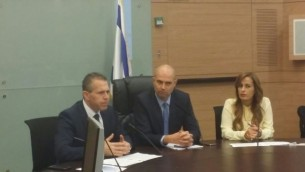 """عضو الكنيست عن """"الليكود"""" أمير أوحانا (في الوسط) يجلس إلى جانب وزير الأمن العام غلعاد إردان (من اليسار) وعضو الكنيست عن """"الليكود"""" نافا بوكير في الإجتماع الأول حول الضغط من أجل تخفيف القيود على حمل السلاح في الكنيست في القدس، 15 فبراير، 2016. (Knesset)"""
