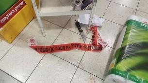 أحد السكينين اللذبن تم إستخدامهما في هجوم الطعن في سوبر ماركت في منطقة شعاري بينيامين الصناعية، شمال القدس، 18 فبراير، 2016. (الشرطة الإسرائيلية)