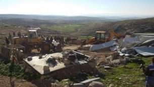 جنود من الإدراة المدنية الإسرائيلية يقومون بهدم عدد من المباني 'الغير قانونية' في تلال الخليل الجنوبية، 2 فبراير، 2016. (Nasser Nawaja/B'Tselem)