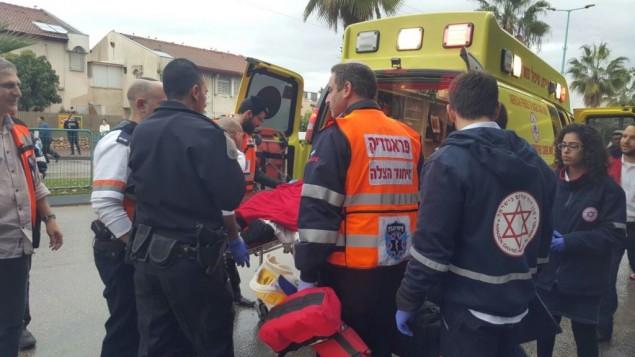 تحميل فتى في سيارة إسعاف بعد تعرضه للطعن في الرملة، 8 فبراير، 2016. (Ichud Hatzala)