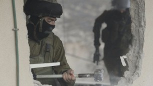 جنود الجيش الإسرائيلي يقومون بهدم منزل بهاء عليان في حي الجبل المكبر في القدس، 4 يناير، 2016. عليان وشاب آخر من سكان الحي قاما بتنفيذ هجوم في حافلة نقل عام في حي أرمون هنتسيف القريب في أكتوبر. (Israel Police)