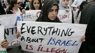 طالبة مسلمة في مظاهرة ضد اسرائيل في جامعة كاليفورنيا عام 2006 (Mark Boster/Los Angeles Times via Getty Images/JTA)