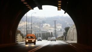 المدخل إلى النفق على طول الطريق من القدس إلى كتلة عتصيون الإستيطانية، 22 فبراير، 2009. (Nati Shohat/Flash90)