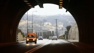 مدخل النفق الواقع على الطريق بين القدس وكتلة عتصيون الاستيطانية في الضفة الغربية، 22 فبراير 2009 (Nati Shohat/Flash90)