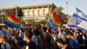 إسرائيليون يسيرون من أمام الكنيست خلال مسيرة الفخر السنوية لمثليي الجنس في القدس، 29 يوليو، 2010. (Miriam Alster/FLASH90)