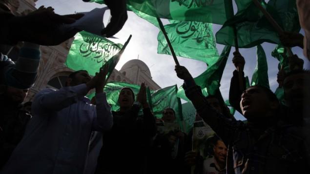 أنصار حماس خلال تظاهرة في الضفة الغربية، نوفمبر 2012. (Flash90)