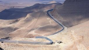 جزء من السياج الحدودي بين اسرائيل ومصر، يناير 2012 (Moshe Milner/GPO/Flash90)