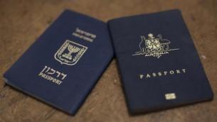 صورة توضيحية لجوازات سفر استرالي واسرائيلي (Yonatan Sindel/Flash90)