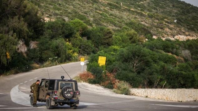 مركبة عسكرية إسرائيلية بالقرب من الحدود اللبنانية في راس الناقورة (Avishag Shaar Yashuv/Flash90)
