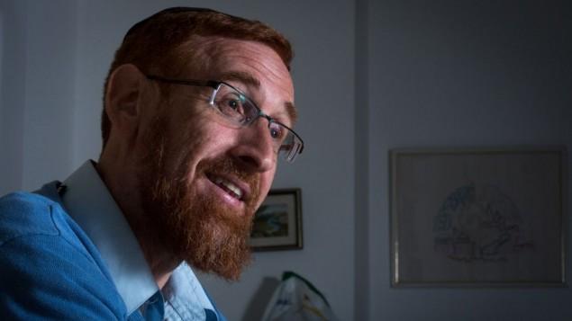 ناشط اليمين اليهودي يهودا غليك في منزله بمدينة القدس، 12 مارس، 2015. (Miriam Alster/Flash90)