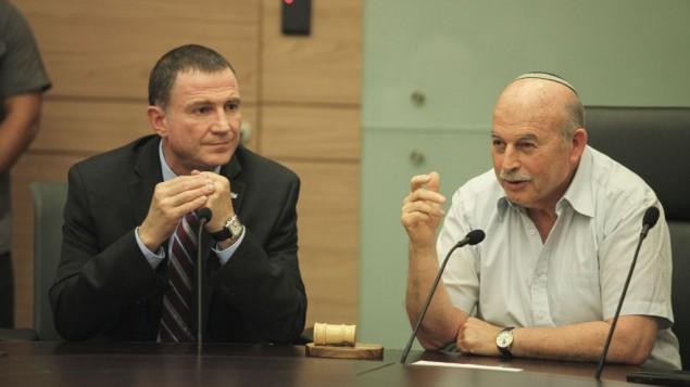 رئيس الكنيست يولي إدلشتين (من اليسار) وعضو الكنيست نيسان سلوميانسكي يحضران الجلسلة الإفتتاحية للجنة القانون والعدل في الكنيست في 1 يونيو، 2015. (Isaac Harari/Flash90)