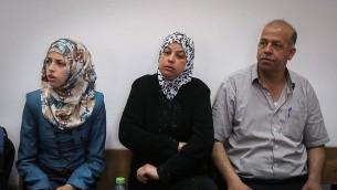 والدا محمد أبو خضير وشقيقته في المحكمة المركزية في القدس خلال محاكمة المتهمين بقتل ابنهم، 8 يونيو، 2015. (Hadas Parush/Flash90)
