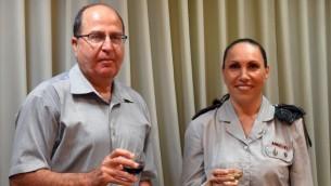 الكولونيل أريئيلا بن أفراهام، رئيسة الرقابة العسكرية ووزير الدفاع موشيه يعالون في 30 أغسطس، 2015. (Ariel Hermoni/Defense Ministry)