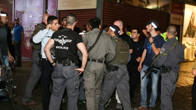 قوات الأمن الإسرائيلية في موقع هجوم في محطة الحافلات المركزية في مدينة بئر السبع جنوبي إسرائيل، 18 أكتوبر، 2015. (Meir Even Haim/Flash90)