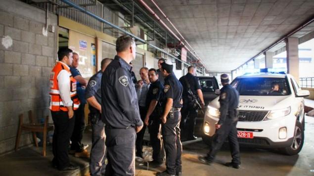 الشرطة الإسرائيلية في موقع هجوم طعن نفذه فلسطيني وقُتل فيه إسرائيليان في مبنى بانوراما جنوبي تل أبيب، 19 نوفمبر، 2015. (Moti Karelitz/ZAKA TEL AVIV)