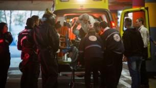 مسعفون يدخلون مصابا إسرائيليا إلى مركز 'شعاري تسيدك' الطبي بعد أن تعرض للطعن بالقرب من الحرم الإبراهيمي في مدينة الخليل بالضفة الغربية، 7 ديسمبر، 2015. (Yonatan Sindel/Flash90, File)