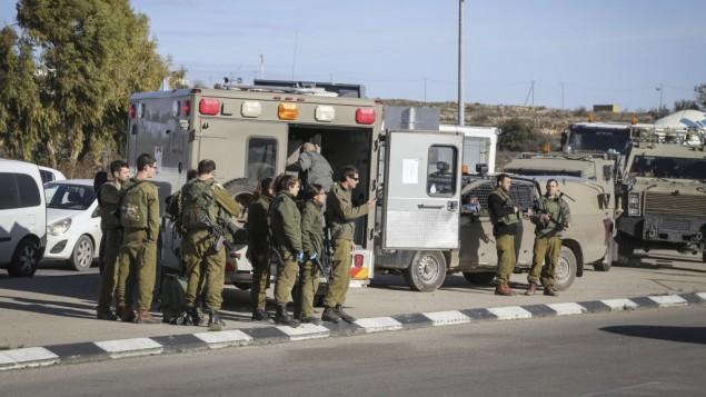 قوات الامن الإسرائيلية في ساحة هجوم طعن في مفترق عتصيون في الضفة الغربية، 5 يناير 2016 (Gershon Elinson/FLASH90)
