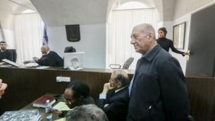 رئيس الوزراء السابق إيهود أولمرت في قاعة المحكمة المركزية في القدس، 2 فبراير، 2016. (Gili Yohanan/POOL)