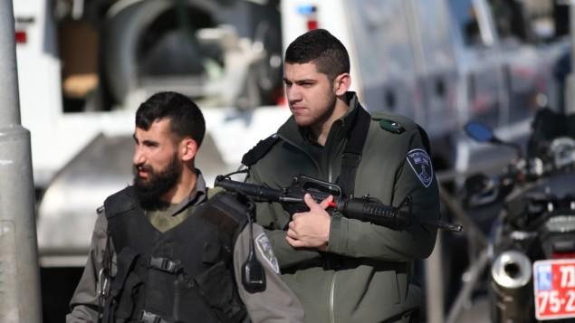عناصر من شرطة حرس الحدود في موقع هجوم إطلاق النار والطعن بالقرب من باب العامود في القدس، 3 فبراير، 2016. (Yonatan Sindel/Flash90)