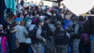 شرطة حرس الحدود تبعد الحشود عن موقع هجوم إطلاق النار والطعن بالقرب من باب العامود في القدس، 3 فبراير، 2016. (Yonatan Sindel/Flash90)