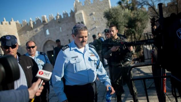 المفوض العام للشرطة روني الشيخ في موقع هجوم إطلاق النار والطعن بالقرب من باب العامود في القدس، 3 فبراير، 2016. (Yonatan Sindel/Flash90)