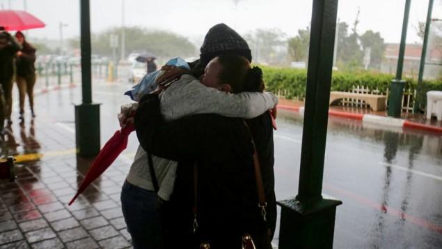 رد فعل نساء امام غرفة الطوارئ في مستشفى بارزيلاي في عسقلان بعد اصابة جندي اسرائيلي في هجوم طعن، 7 فبراير 2016 (Edi Israel/Flash90)