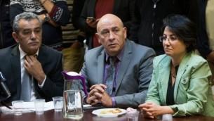 """أعضاء الكنيست عن """"القائمة المشتركة"""" جمال زحالقة (من اليسار) وباسل غطاس (في الوسط) وحنين زعبي (من اليمين) في الإجتماع الأسبوعي للقائمة في الكنيست، 8 فبراير، 2016. (Yonatan Sindel/Flash90)"""