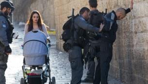 صورة توضيحية لعناصر شرطة يفتشون رجل فلسطيني في باب العامود في القدس، 15 فبراير 2016 (Nati Shohat/Flash90)