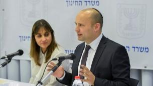 وزير التربية والتعليم نفتالي بينيت (من اليمين) إلى جانب المديرة العامة للوزراة ميخال كوهين في مؤتمر صحفي في تل أبيب، 18 فبراير، 2016. (Flash90)