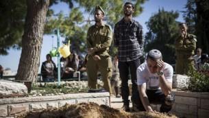 اصدقاء بعد جنازة طوفيا يناي فايتسمان في مقبرة جبل هرتسل العسكرية في القدس، 18 فبراير 2016 (Hadas Parush/Flash90)