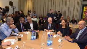 الرئيس رؤوفين ريفلين (الثالث من اليمين) خلال لقاء مع وزيرة المساواة الإجتماعية غيلا غمليئيل (الثانية من اليمين) وعضو الكنيست عن المعسكر الصهيوني زهير بهلول (من اليمين) ووزير المالية موشيه كحلون (الثالث من اليسار) وقادة من الوسط العربي في إسرائيل، 24 فبراير، 2016. (Mark Neyman/GPO)
