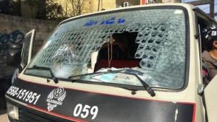 الزجاج الأمامي لمركبة فلسطينية، والذي تحطم على يد مستوطن إسرائيلي بواسطة بلطة بالقرب من مستوطنة كارني شومرون، 10 فبراير، 2016. (Zachria Sadah/Rabbis for Human Rights)
