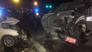 موقع الحادث بالقرب من معاليه أدوميم بعد أن إصطدمت مركبة تقل مشتبه بهم (من اليسار) بمركبة لحرس الحدود، ما أدى إلى إصابة 3 أشخاص، في 13 فبراير، 2016. (الشرطة الإسرائيلية).