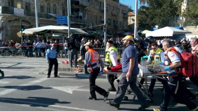 قوات الإسعاف والشرطة في موقع هجوم إطلاق النار عند باب العامود في البلدة القديمة بمدينة القدس، الأربعاء، 3 فبراير، 2016. (نجمة داوود الحمراء)