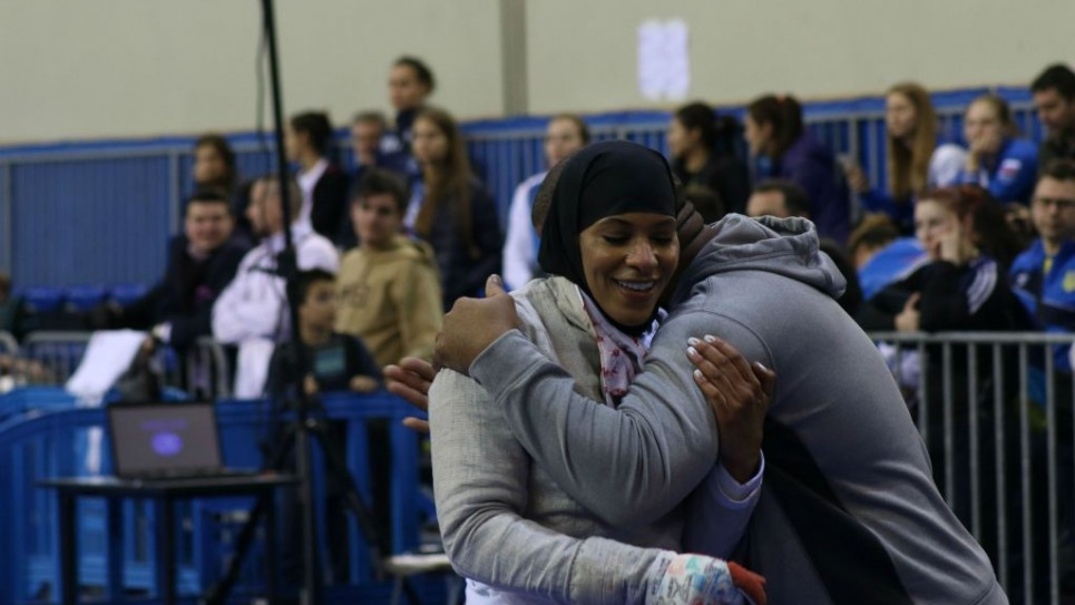 المبارزة الأمريكية إبتهاج محمد تحتفل مع مدربها ىكي سبنسر-إل بعد فوزها بالمديالية البرونزية في بطولة العالم في أثينا، التي أُجريت بين 29-31 يناير، 2016.  (Jeremy Summers)