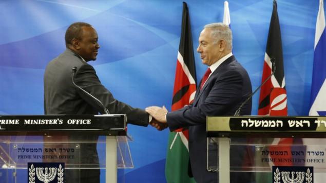 رئيس الوزراء بنيامين نتنياهو يصافح الرئيس الكيني اوهورو كينياتا  اثناء مؤتمر صحفي مشترك في القدس، 23 فبراير 2016 (AMIR COHEN / POOL / AFP)