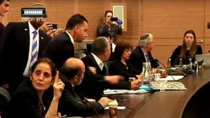 لجنة الدستور، القانون والعدل في الكنيست خلال نقاش محتدم وصاخب في 9 فبراير 2016، والطاقم الامني للكنيست يتهيأ باخراج النائب عبدالله ابو معروف (Knesset channel screenshot)