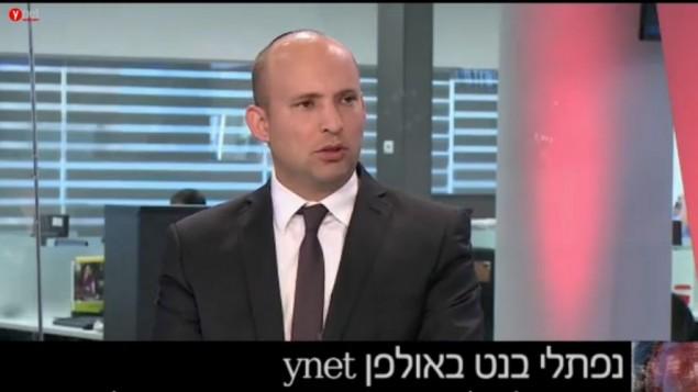 """رئيس حزب """"البيت اليهودي""""، نفتالي بينيت، خلال لقاء في إستديوهات """"واينت"""" الأحد، 14 فبراير، 2016. (لقطة شاشة: Ynet)."""