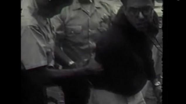صورة من عام 1963 تظهر إعتقال بيرني ساندرز، ابن ال21 عاما في ذلك الوقت، خلال تظاهرة ضد الفصل في مدارس شيكاغو الحكومية. (YouTube screen capture of Kartemquin Films footage)