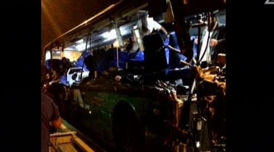 الحافلة بعد حادث الطرق المروع على طريق رقم 1. (لقطة شاشة: القناة 2)