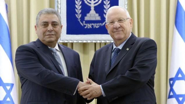 السفير المصري الجديد لدى إسرائيل، حازم خيرت، مع رئيس الدولة، رؤوفين ريفلين، في القدس، 25 فبراير، 2016. (Mark Neiman/GPO)