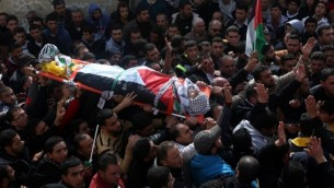 فلسطينيون يشيعون جثمان أمجد أبو عمر السكري، الذي قُتل خلال تنفيذه لهجوم ضد جنود إسرائيليين بالقرب من مستوطنة بيت إيل، خلال جنازته في قرية جماعين جنوبي نابلس، 1 فبراير، 2016. (AFP / JAAFAR ASHTIYEH)